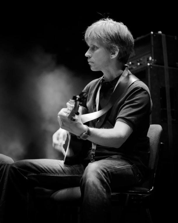 Michael an der Gitarre